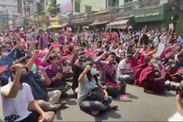 Des milliers de manifestants sont descendus dans la rue à Rangoun.