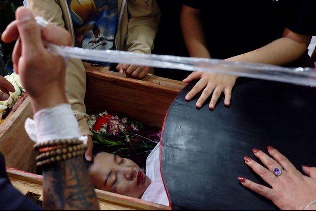 """Une des victimes a été enterrée ce mercredi, des centaines de personnes chantant autour de son cercueil couvert de fleurs: """"La démocratie est notre cause""""."""