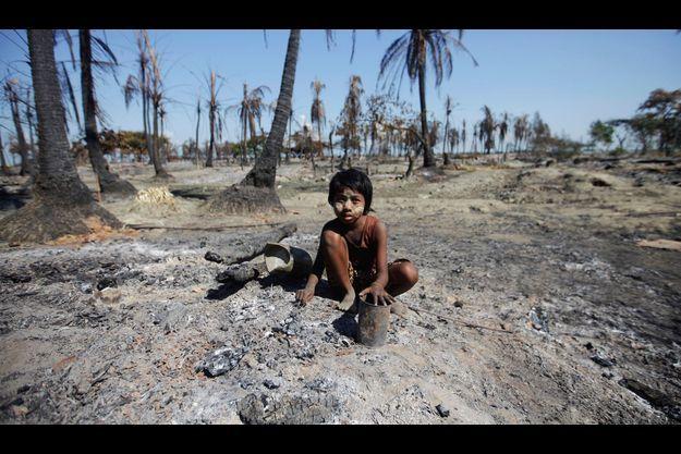 La Birmanie, à majorité bouddhiste, compte environ 800.000 Rohingyas. Pour le pouvoir de Rangoon, ce sont des apatrides, des clandestins en provenance du Bangladesh.