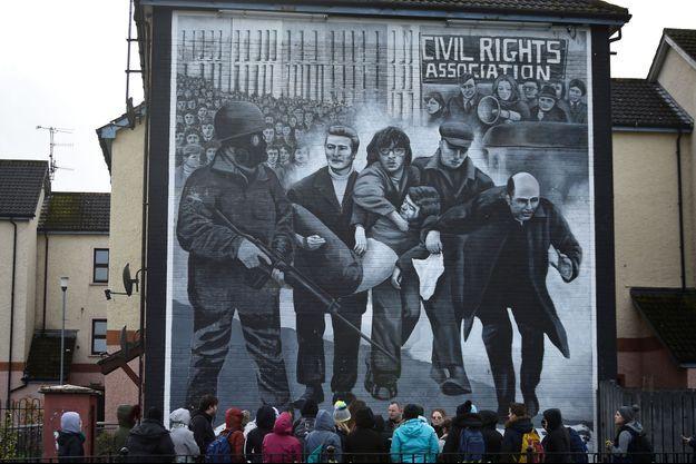 """Des touristes devant un mur commémorant le """"Bloody Sunday"""""""