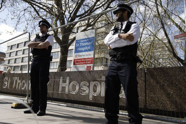 Hôpital St Thomas, protégé par la police.