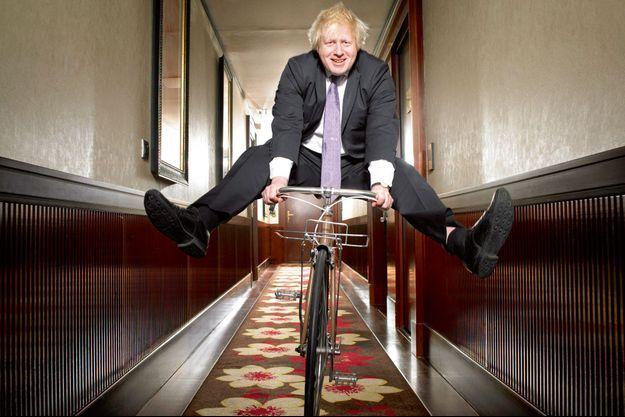 Un drôle d'oiseau dans les couloirs du Fouquet's, en 2013. Il est alors maire de Londres.