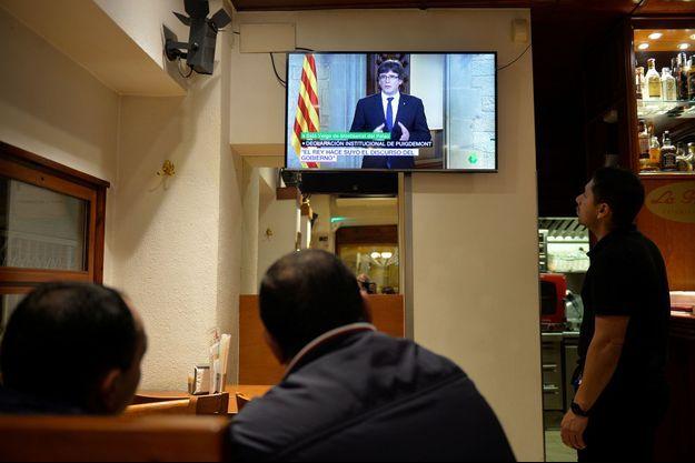 Des clients regardent l'allocution de Carles Puigdemont, mercredi soir, dans un bar de Vic, en Catalogne.