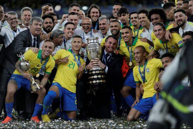 Jair Bolsonaro a fêté la victoire du Brésil lors de la Copa America au milieu des joueurs.