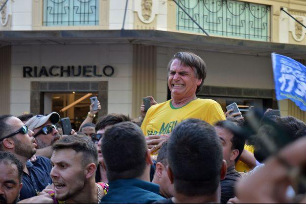 Le député d'extrême droite Jair Bolsonaro a été poignardé en plein meeting.