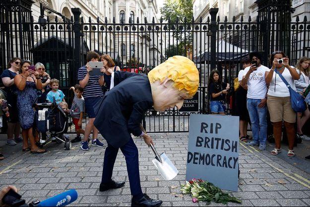 Des manifestants hostiles à Boris Johnson devant Downing Street à Londres.
