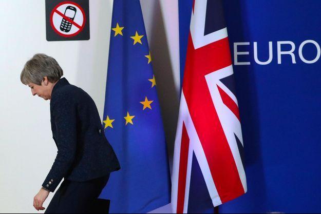 Theresa May s'en va, après une conférence de presse à Bruxelles peu après minuit vendredi.