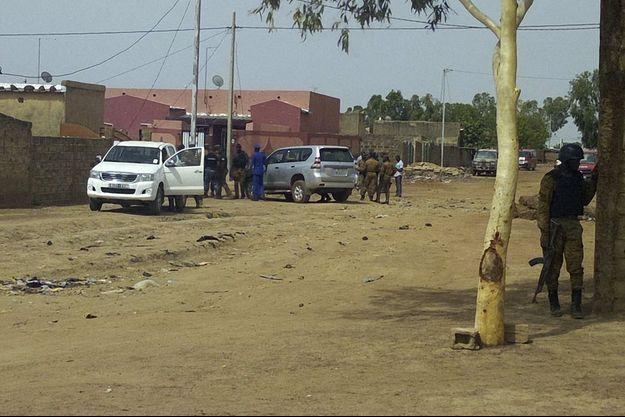 Des policiers dans une village burkinabè (photo d'illustration).