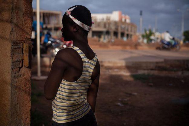 Cette jeune fille de 13 ans qui a été victime de viol découvre comment démarrer une nouvelle vie dans un refuge de Ouagadougou.