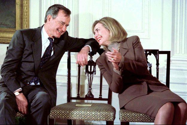 La First lady Hillary Clinton et l'ancien president George Bush, à la Maison Blanche, le 24 janvier 1997.