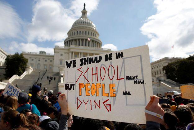 Des étudiants américains manifestent contre les armes, à Washington mercredi.
