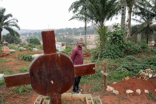 Marc Lambert pleure son ami de vingt ans, Eric, torturé et assassiné à cause de son homosexualité. Il est enterré dans le cimetière qui surplombe Yaoundé.