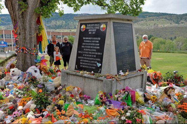 Un monument en hommage aux anciens élèves d'un ancien pensionnat pour autochtones.