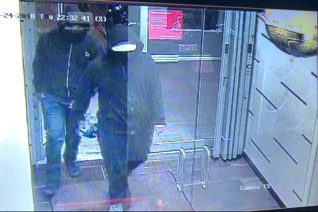 Sur les vidéos de surveillance, on voit clairement deux hommes pénétrer dans l'établissement.