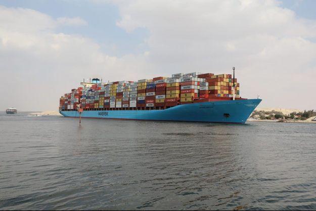 Un porte-conteneurs dans le canal de Suez.