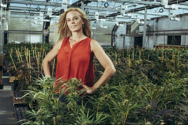 Jamie Perino, la patronne d'Euflora dans sa serre de cannabis, à Denver.
