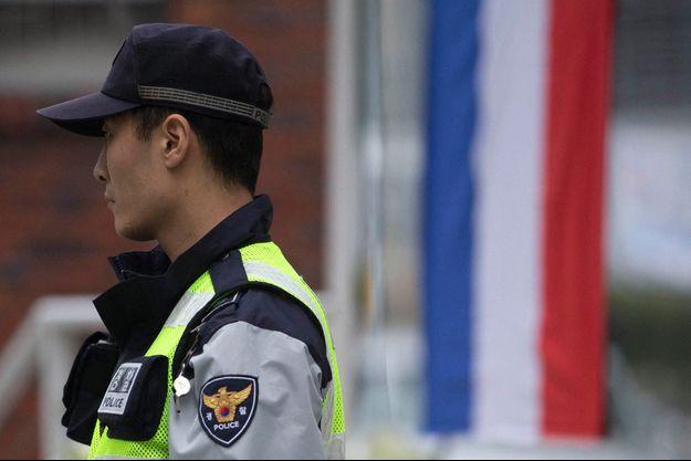 Ii un policier devant l'ambassade de France à Séoul, en novembre 2015.