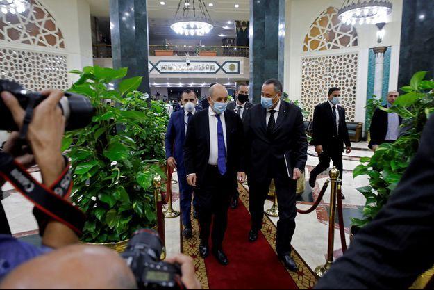 """Jean-Yves Le Drian a également rencontré le grand imam d'Al-Azhar, Ahmed al-Tayeb, qui avait vivement critiqué la France peu après les propos de M. Macron, en assimilant la position de Paris à un """"appel à la haine""""."""