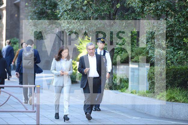 Le vendredi 8 novembre, dans une avenue de Chiyoda à Tokyo, promenade de travail avec une collaboratrice de son avocat Junichiro Hironaka.