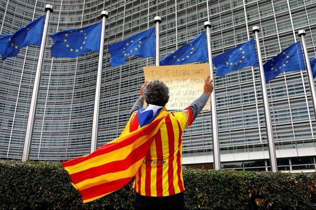 Un militant de l'indépendance de la Catalogne devant le siège de la Commission européenne à Bruxelles, lundi.