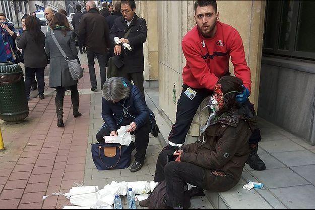 Les attentats ont fait de nombreuses victimes. Photo prise à la sortie de la station de métro Maalbeek