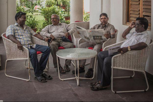 Albert, Virapattirane, Raymond et ses amis à l'Alliance française, dans le quartier ancien.