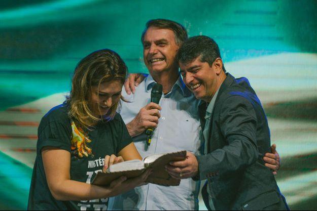 Le Pasteur Josué Valandro Junior ( à droite) sur scène avec Jair Bolsonaro.