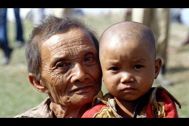Un grand-père chakma et son petit-fils de 18 mois.