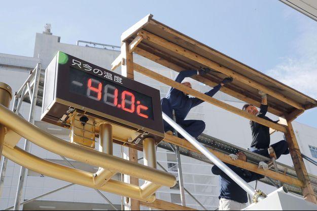Un thermomètre indique la température à Tokyo.