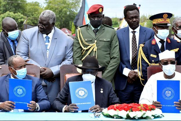 Le vice-président soudanais Mohamed Hamdan Daglo a signé l'accord au nom de Khartoum. Il était entouré du général Abdel Fattah al-Burhane, président du Conseil souverain, et du Premier ministre Abdallah Hamdok. Côté insurgé, l'accord a été signé par le Front Révolutionnaire du Soudan (FRS), une alliance de cinq groupes rebelles et quatre mouvements politiques, issus des régions du Darfour, du Kordofan-Sud et du Nil Bleu et cherchant à développer leurs régions sinistrées. Le chef du principal groupe rebelle du Darfour, le Mouvement de libération du Soudan (SLM), Mini Arko Minawi, a signé les accords. Des médiateurs et diplomates tchadiens, qataris, égyptiens, de l'Union africaine, de l'Union européenne et des Nations unies ont également paraphé le texte.