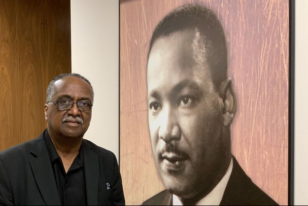 Charles Steele Jr. devant le portrait de Martin Luther King.