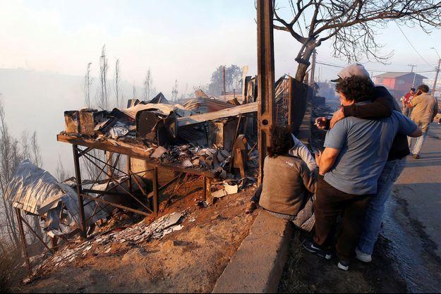 Un incendie ravage depuis mardi les hauteurs de la ville touristique chilienne de Valparaiso.