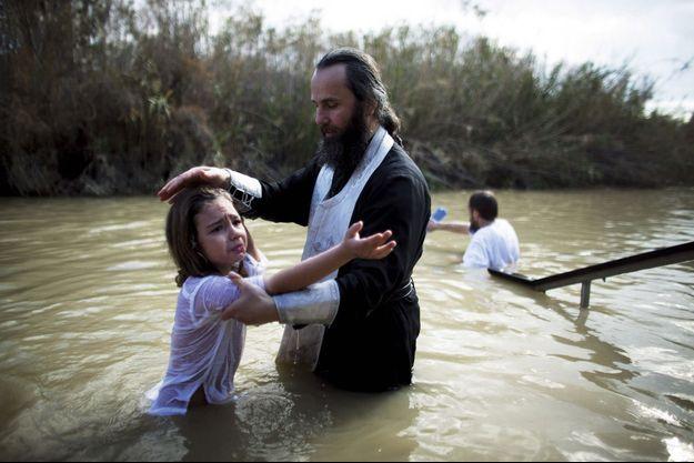 Comme ces orthodoxes, beaucoup de chrétiens orientaux organisent des baptêmes à Qas Al-Yahud, ici côté cisjordanien de la rivière.