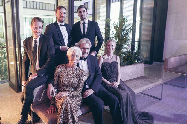 Christine Lagarde, 63 ans, en robe Chanel. Avec son mari, Xavier Giocanti, son fils Thomas Lagarde (debout au centre) et sa femme, Taylor, son neveu Edouard Lallouette (à dr.) et le fils de Xavier, Arthur (à g.). Au FMI, le 28 septembre.