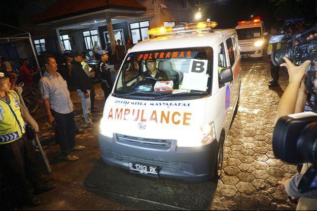 Le corps de l'un des étrangers exécutés est transporté dans cette ambulance.