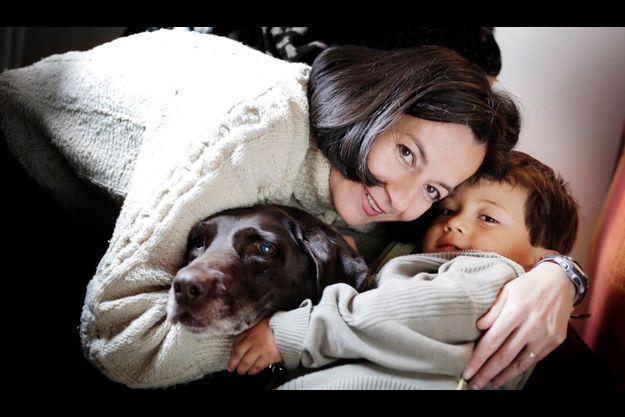 Avec Emmanuel, son fils, sa lumière. Le petit garçon fête ses 5 ans ce 16 avril. Il a retrouvé sa mère à 3 ans et demi, en janvier 2008, en même temps qu'il découvrait la fidèle Gaby, qui a attendu Clara pendant toutes ces années.