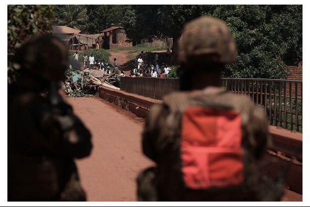 Le pont sur la rivière Ouaka, entrée stratégique à l'ouest de la ville barrée par les belligérants