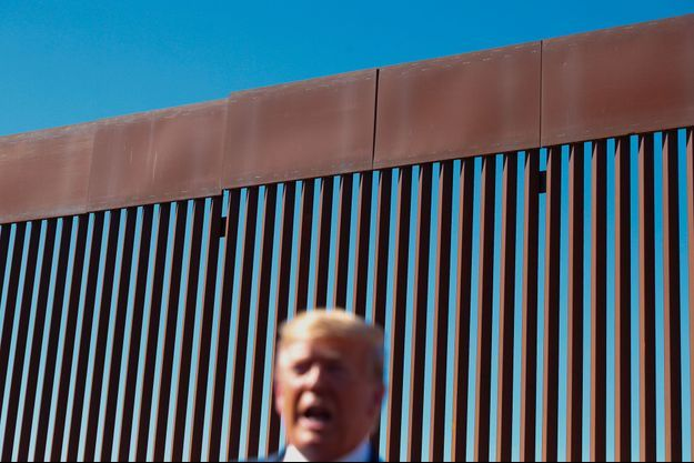 """Donald Trump devant une section de """"son"""" mur, en Californie, le 18 septembre."""