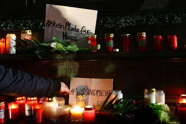 Les habitants d'Hanau ont rendu hommage jeudi soir aux victimes des deux fusillades survenues dans la nuit de mercredi à jeudi.