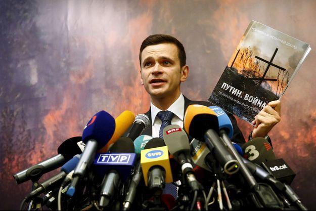 """Ilia Iachine présentant le rapport """"Poutine. La guerre"""", le 12 mai dernier."""