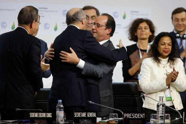 Laurent Fabius et François Hollande, après l'adoption de l'accord de Paris, samedi soir au Bourget.