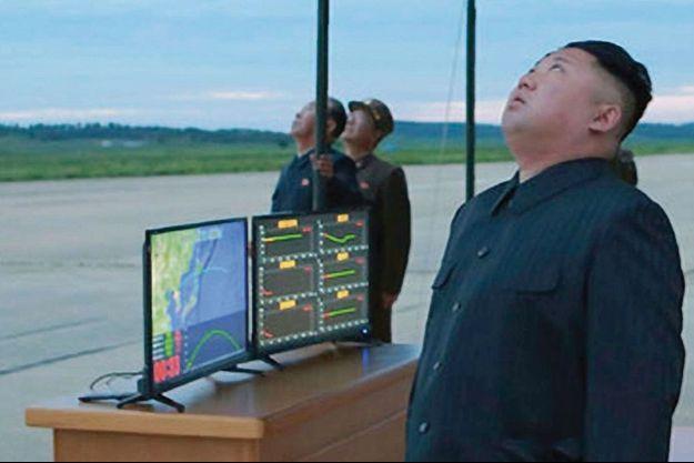 Kim Jong-un observe le lancement du missile intercontinental Hwasong-12 qui a survolé le Japon avant de sombrer dans le Pacifique le 29 août