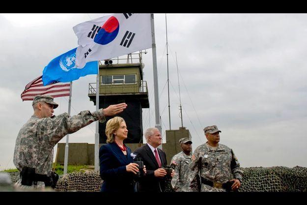 Hillary Clinton et Robert Gates dans la zone démilitarisée