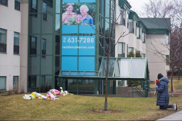 Des fleurs déposées devant la maison de retraite Herron, à Dorval, où 31 résidents sont morts en deux semaines.