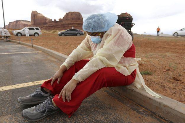 Une soignante effectue des tests près de Monument Valley, auprès de la Nation Navajo.