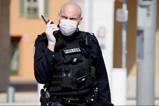 Un policier, le visage couvert par un masque, à Nice, le 20 mars 2020. (Photo d'illustration)