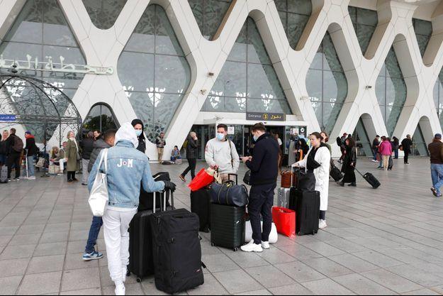 Touristes à l'aéroport de Marrakech, le 15 mars 2020.