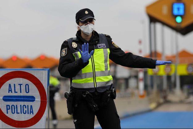 Une policière à la frontière en l'Espagne et la France, le 17 mars.