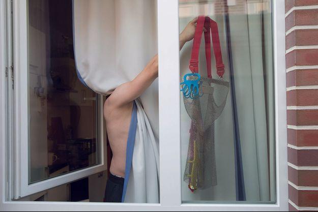 """Dans le """"quartier des Polonais"""" : à la fenêtre, la cotte de mailles des ouvriers des abattoirs."""