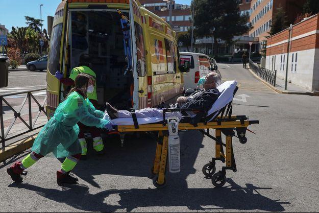 Un malade transporté par une ambulance madrilenne.